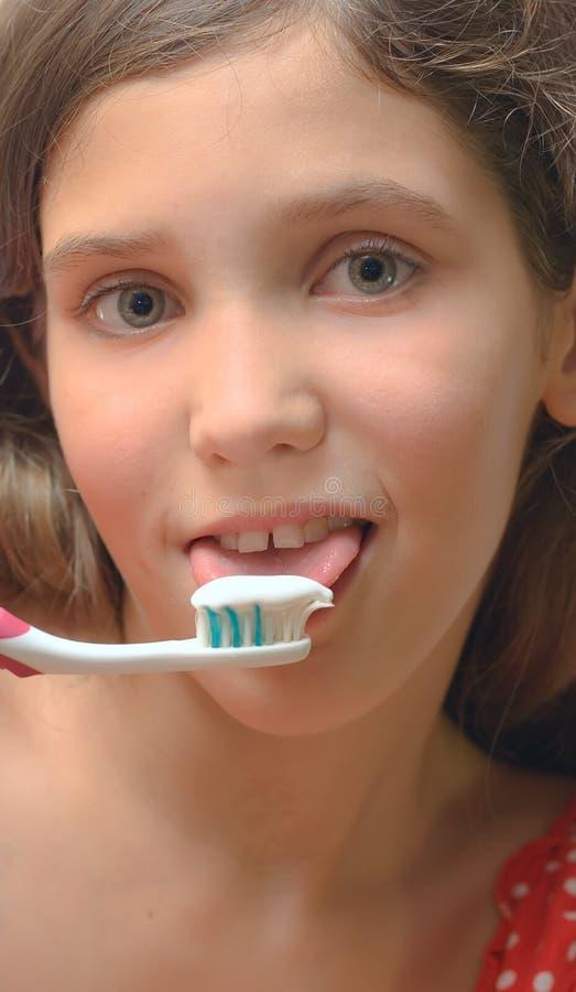 Mädchen mit der Zahnbürste getrennt auf Weiß lizenzfreie stockfotografie