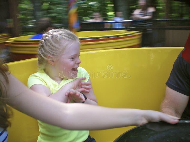 Mädchen mit Down-Syndrom, das Spaß hat stockbild