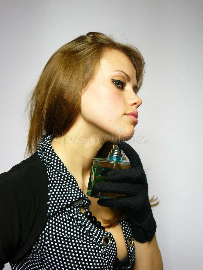 Mädchen mit Duftstoff in den Händen lizenzfreies stockbild
