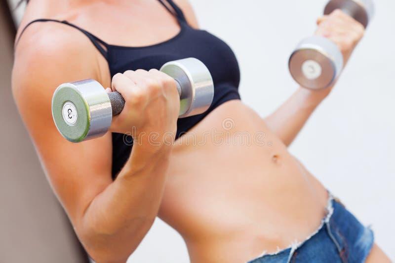 Download Mädchen mit dumbell stockbild. Bild von gesund, entspannung - 26364623