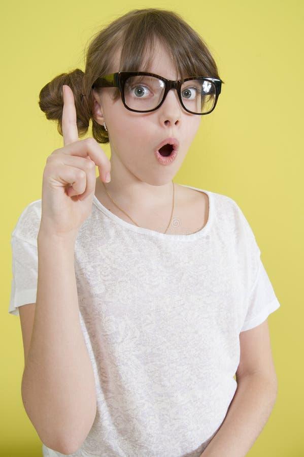 Mädchen mit einem angehobenen Finger lizenzfreie stockfotografie