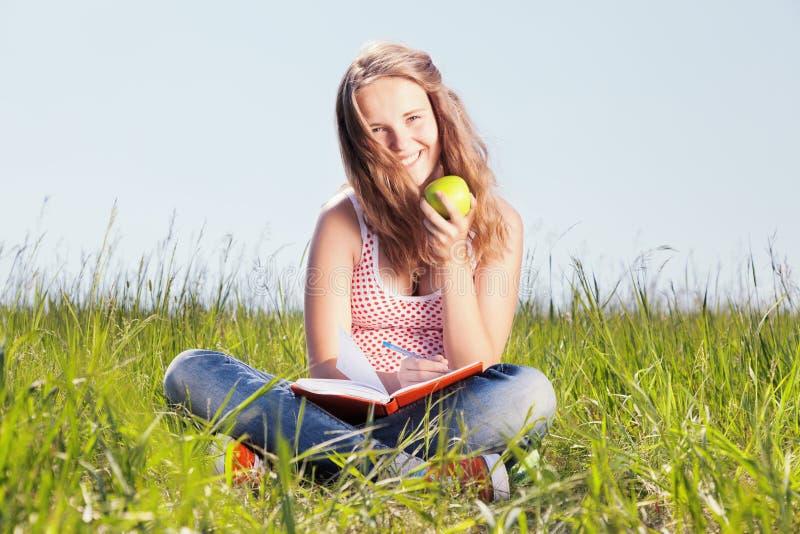 Mädchen mit einem Apfel lizenzfreie stockbilder