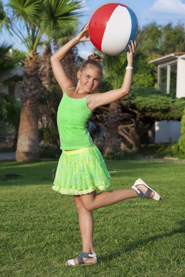 Mädchen mit einem Ball stockfoto