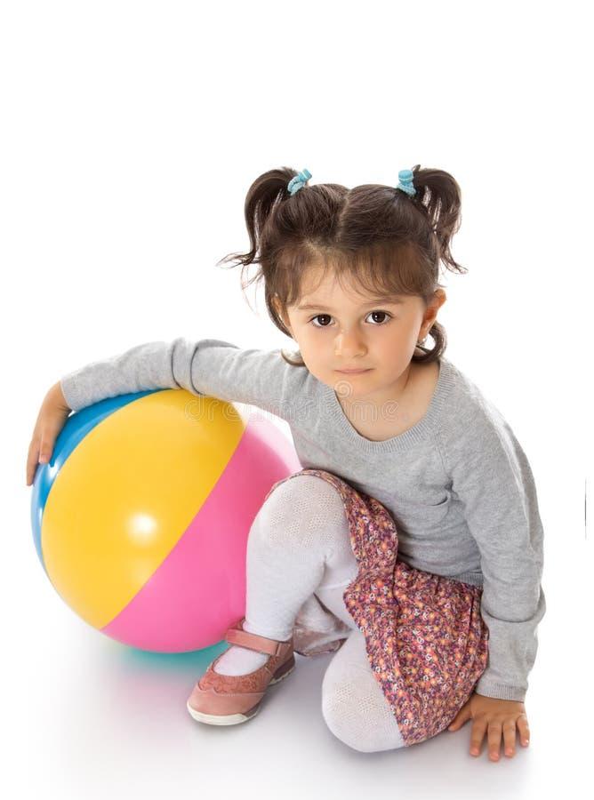 Mädchen mit einem Ball stockfotografie