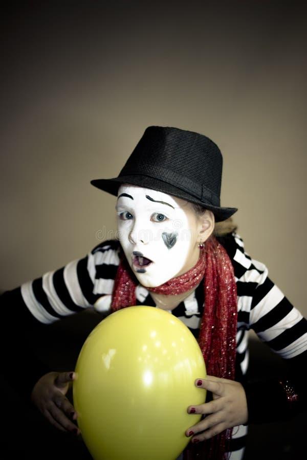 Mädchen mit einem Ballon in Form von Pantomimeschauspieler stockfoto