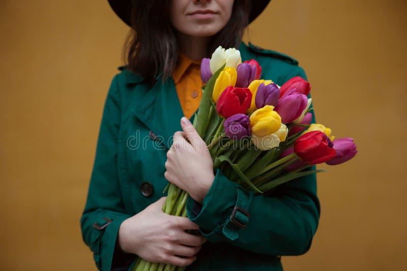 Mädchen mit einem Blumenstrauß der Blumen stockfotografie