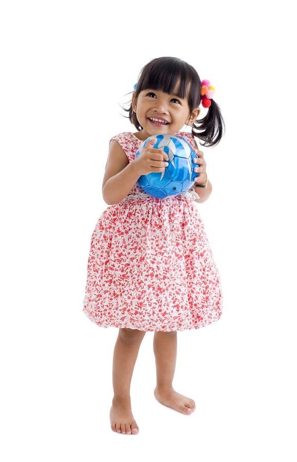 Mädchen mit einem Fußball lizenzfreies stockbild