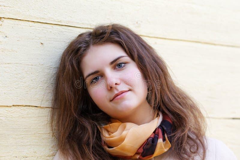 Mädchen mit einem geheimen Lächeln lizenzfreies stockbild