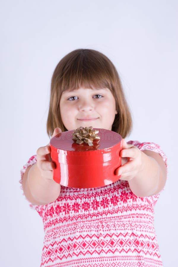 Mädchen mit einem Geschenk stockbild