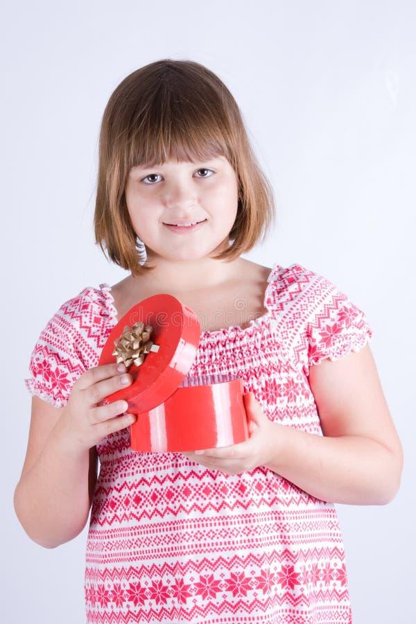 Mädchen mit einem Geschenk lizenzfreie stockfotos