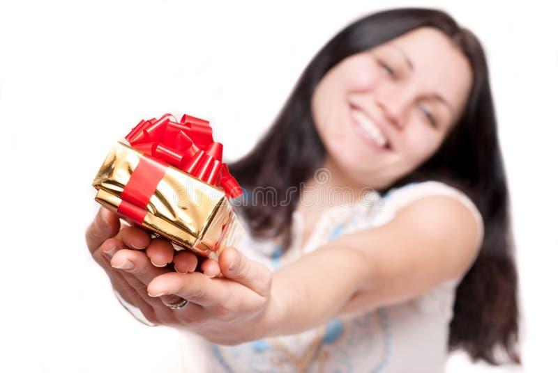 Download Mädchen Mit Einem Geschenkkasten Stockbild - Bild von gold, nachricht: 12202143