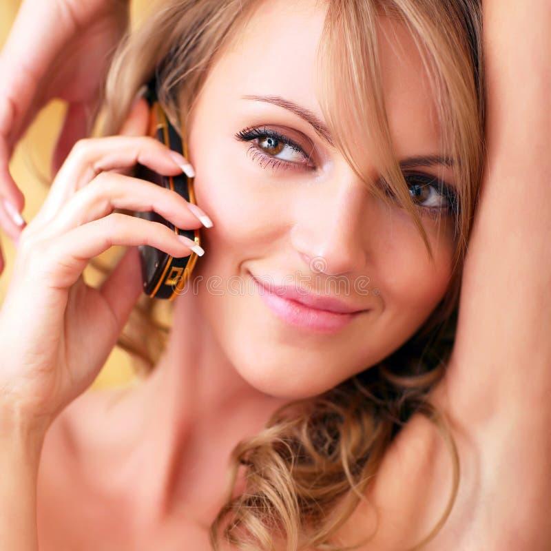 Mädchen mit einem Handy lizenzfreie stockbilder
