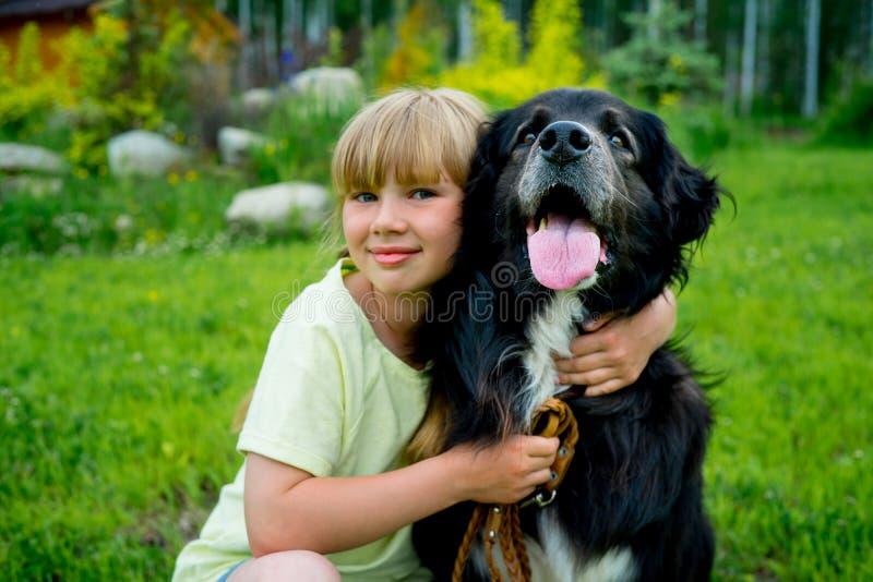 Mädchen mit einem Hund lizenzfreie stockbilder