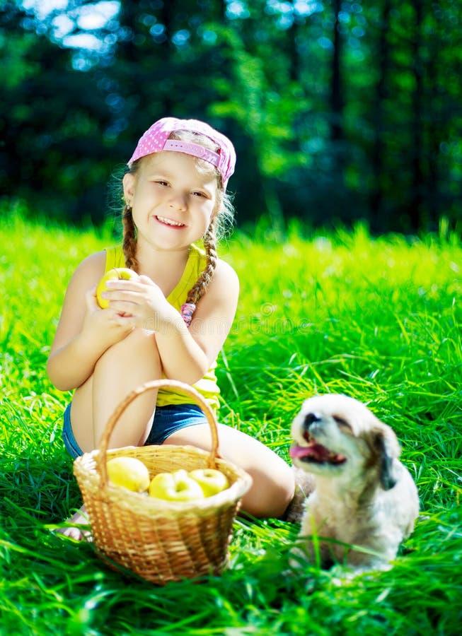 Mädchen mit einem Hund stockfoto
