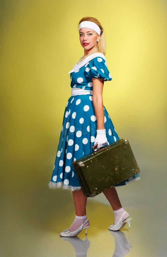 Mädchen mit einem Koffer stockbild