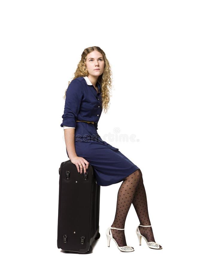 Download Mädchen mit einem Koffer stockfoto. Bild von consider - 9098434