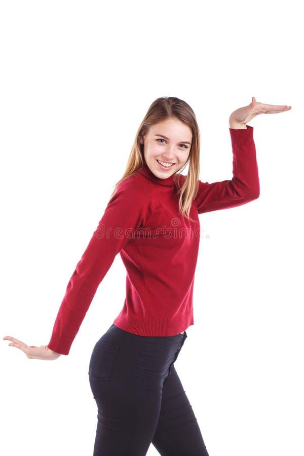 Mädchen mit einem Lächeln, das eine Bewegung mit einem Tanz auf Weiß tut, lokalisierte Hintergrund stockfotos