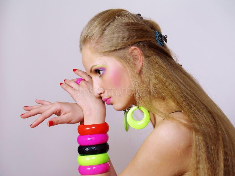 Mädchen mit einem langen angemessenen Haar in den hellen Armbändern stockfotos