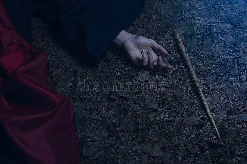 Mädchen mit einem magischen Stab, der aus den Grund liegt lizenzfreies stockfoto