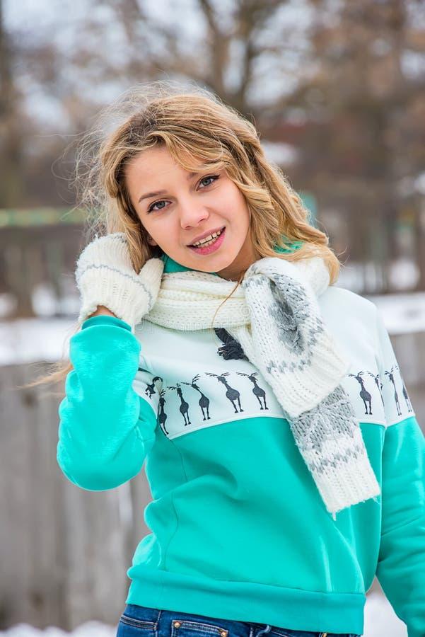Mädchen mit einem Schal im Winter lizenzfreie stockfotografie