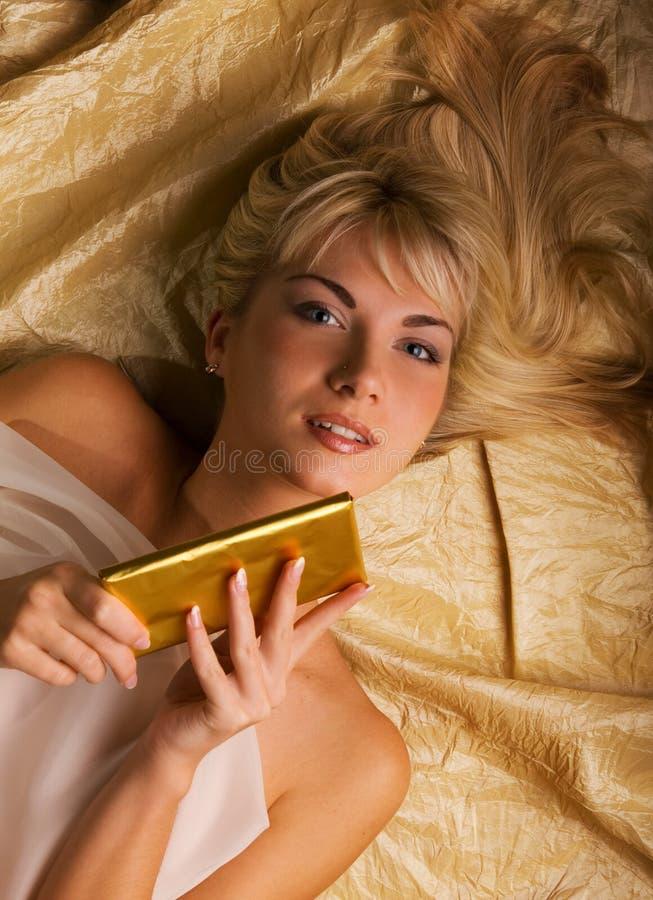 Mädchen mit einem Schokoriegel lizenzfreies stockfoto