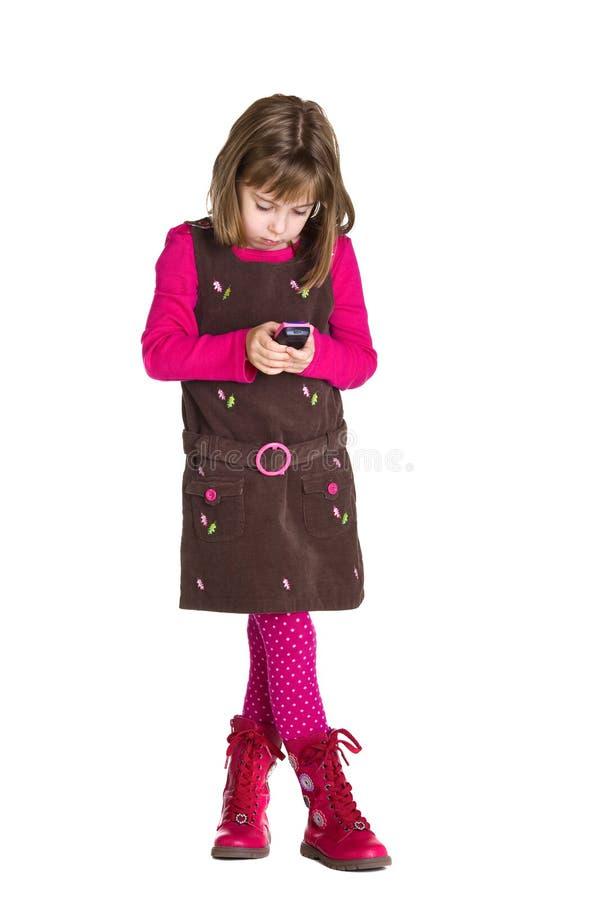 Mädchen mit einem Spielzeug-Mobiltelefon stockbild