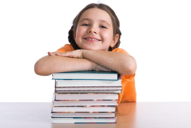 Mädchen mit einem Stapel der Bücher stockfoto
