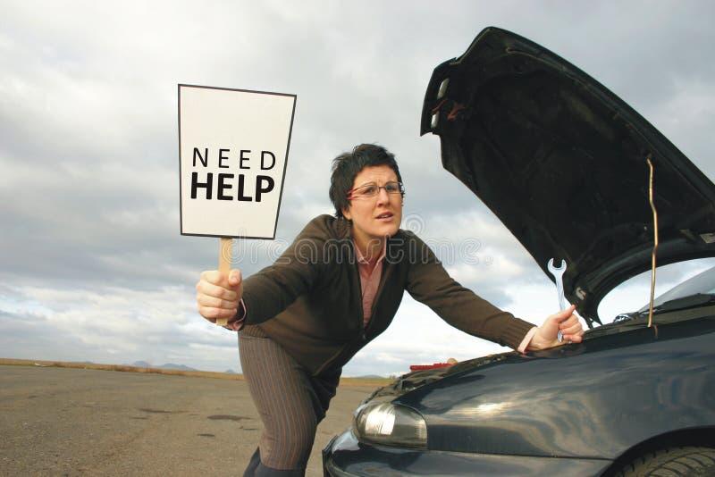 Mädchen mit einem unterbrochenen Auto lizenzfreie stockfotografie