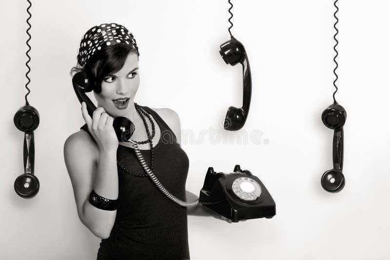 Mädchen mit einem Weinlesetelefon stockfotografie