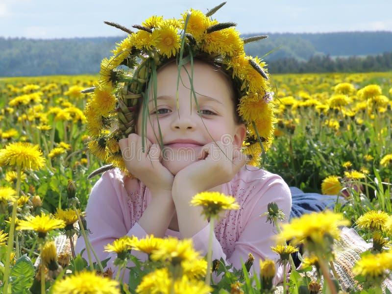 Mädchen mit einem Wreath lizenzfreie stockbilder