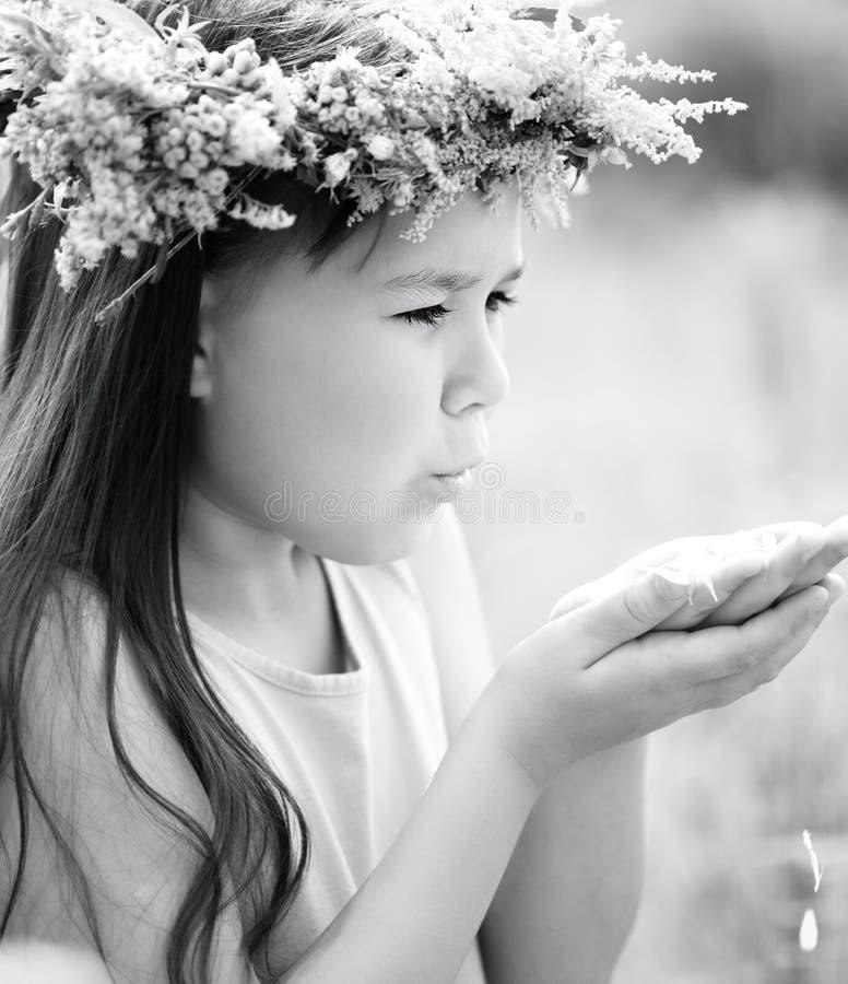 Mädchen mit einem Wreath auf seinem Kopf stockfoto