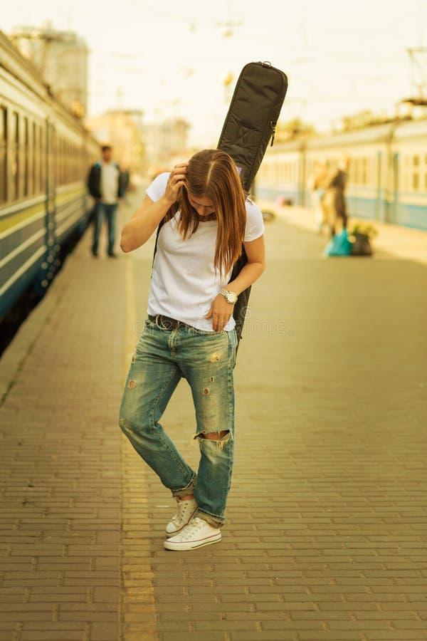 Mädchen mit einer Gitarre stockbilder