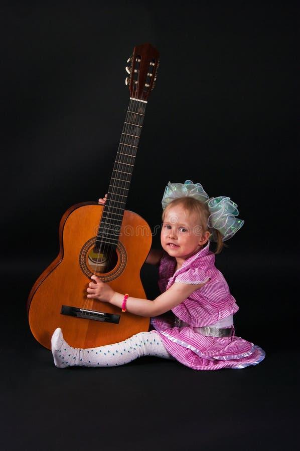 Mädchen mit einer Gitarre lizenzfreie stockfotos