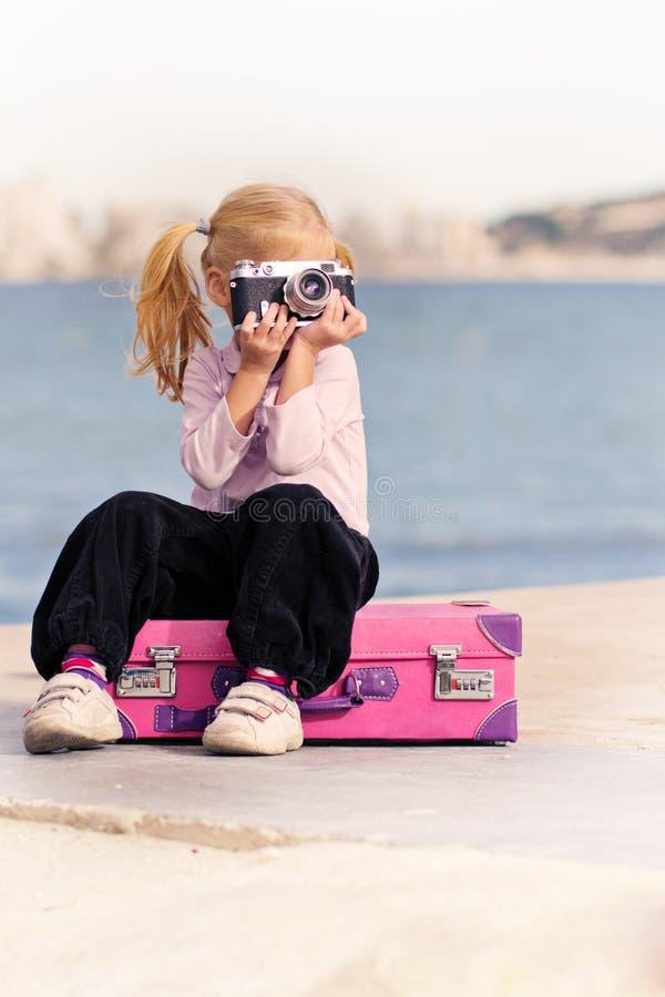 Download Mädchen mit einer Kamera stockbild. Bild von fotographie - 27730943