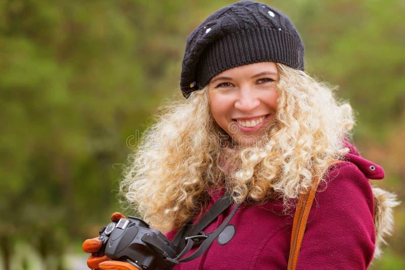 Mädchen mit einer Kamera lizenzfreie stockbilder