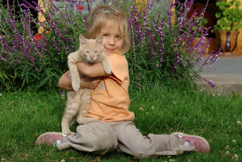 Mädchen mit einer Katze stockbilder