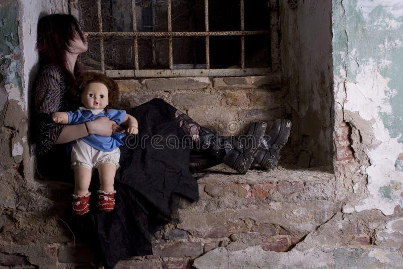Mädchen mit einer Puppe stockbild