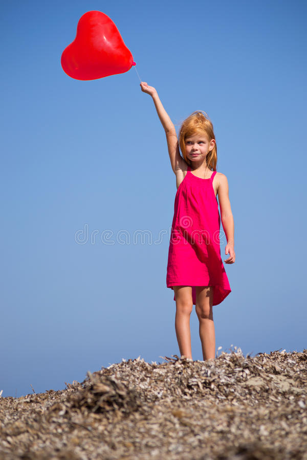 Download Mädchen Mit Einer Roten Kugel Stockbild - Bild von recht, geschichte: 27730655