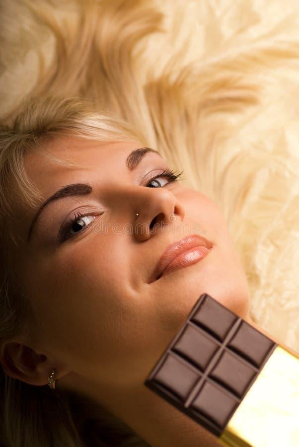 Mädchen mit einer Schokolade stockbilder