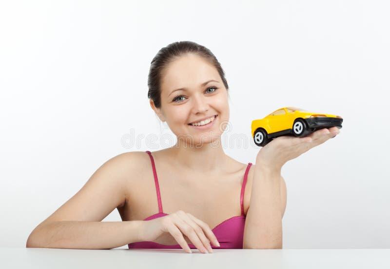 Mädchen mit einer Spielzeugmaschine lizenzfreie stockfotografie