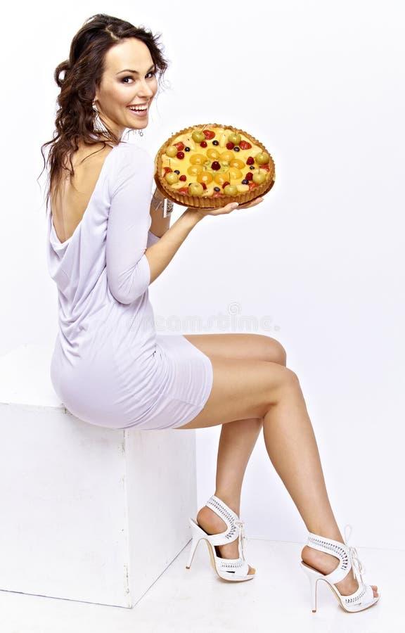 Mädchen mit einer Torte stockfotografie