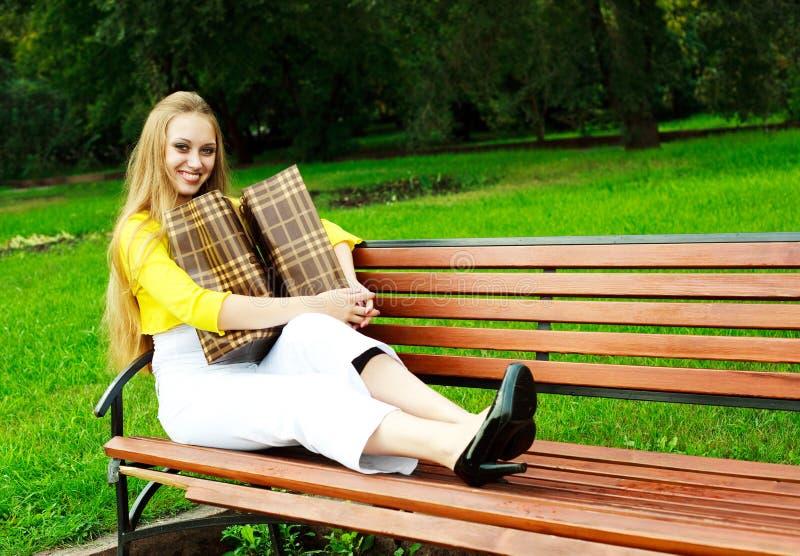 Mädchen mit Einkaufenbeuteln lizenzfreies stockfoto