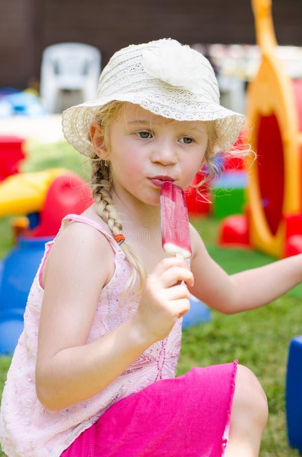 Mädchen mit Eiscreme stockfoto