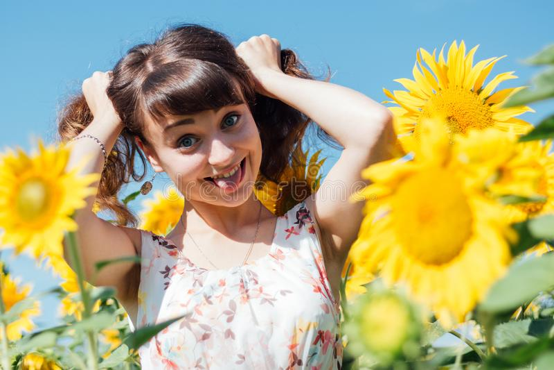 Mädchen mit Endstücken lachend gegen lizenzfreie stockbilder