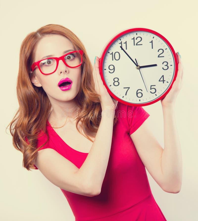 Mädchen mit enormer Uhr stockfotografie