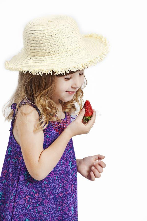 Mädchen mit Erdbeere lizenzfreie stockbilder