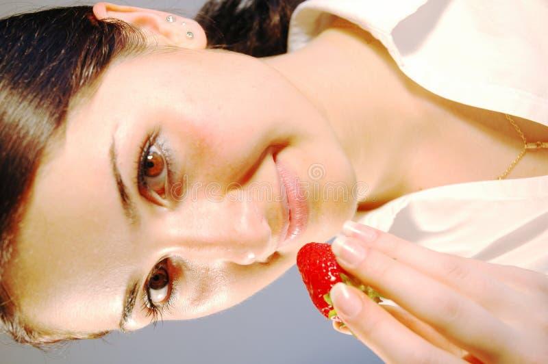 Mädchen mit Erdbeere 3 stockfotografie