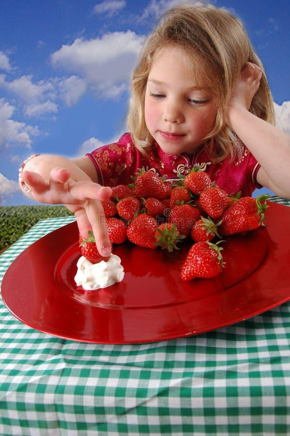 Mädchen mit Erdbeeren stockbilder