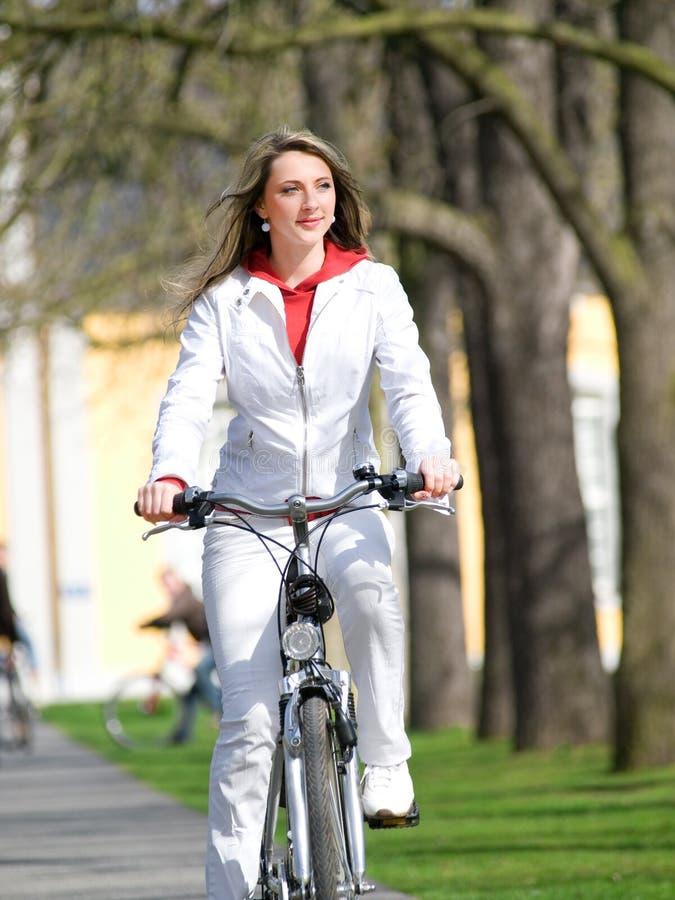 Mädchen mit Fahrrad stockfotos
