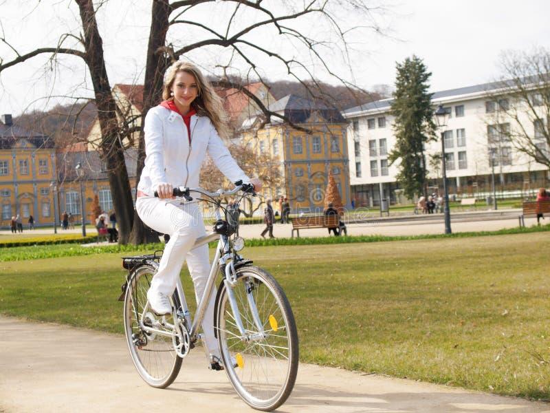 Mädchen mit Fahrrad stockfoto
